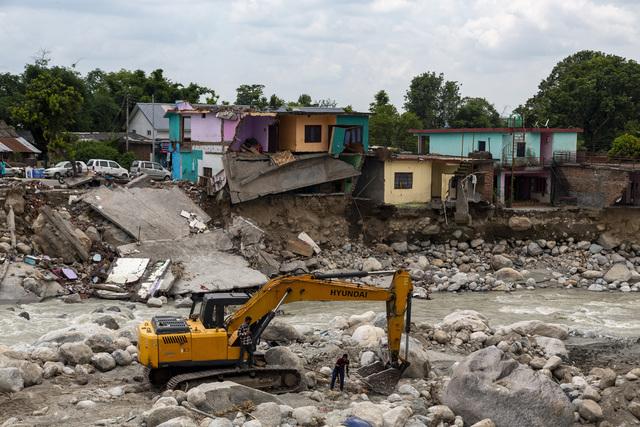Monsunregnet har ført til oversvømmelser, jordskred og store ødeleggelser flere steder i India, blant annet i Dharamsala. Foto: Ashwini Bhatia / AP / NTB