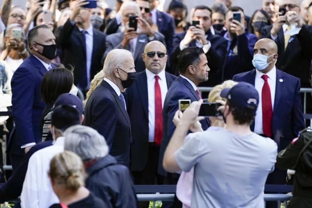 President Joe Biden og førstedame Jill Biden ankommer minnemarkeringen i New York. Foto: Evan Vucci / AP / NTB