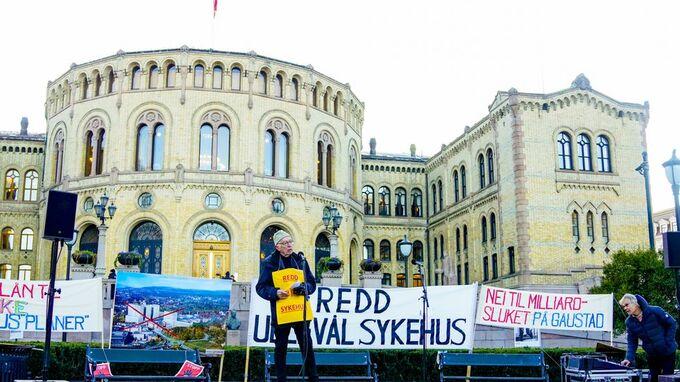 Aksjonsgruppen som vil beholde Ullevål sykehus var på plass foran Stortinget da statsbudsjettet skulle legges frem.