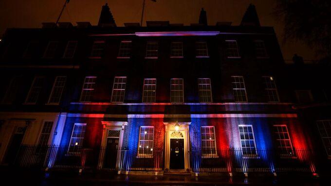Downing Street nummer 10 var opplyst i flaggets farger. Inne i statsministerboligen holder Boris Johnson fest og taler.