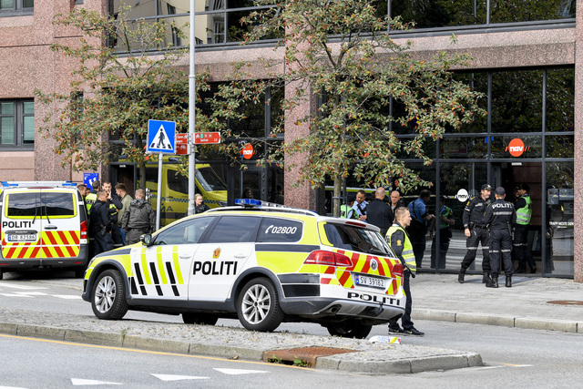 Væpnet politi rykket ut til et Nav-kontor på Danmarksplass i Bergen mandag formiddag. To personer ble knivstukket. Foto: Marit Hommedal / NTB
