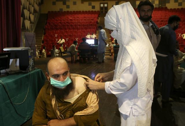 Koronavaksinering i Peshawar i Pakistan fredag. Foto: Muhammad Sajjad / AP / NTB
