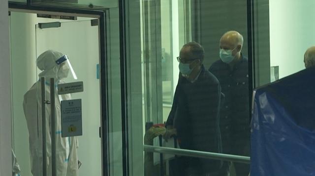 Passasjerer ankommer Wuhan fra Singapore. Om bord var WHOs ekspertgruppe, ifølge kinesiske medier.