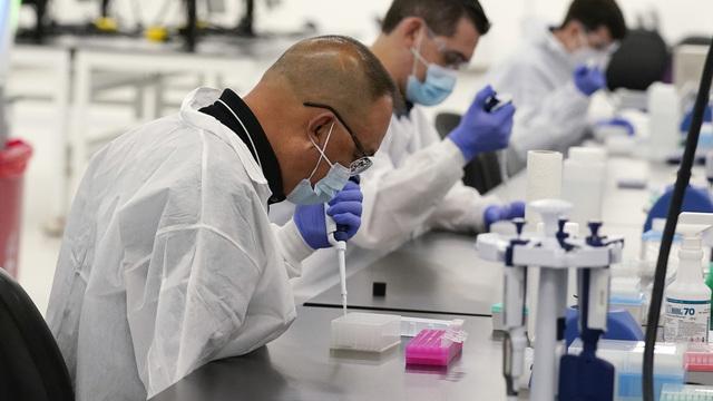 Laboratorieteknikere analyserer covid-19-tester på et nytt anlegg i California.