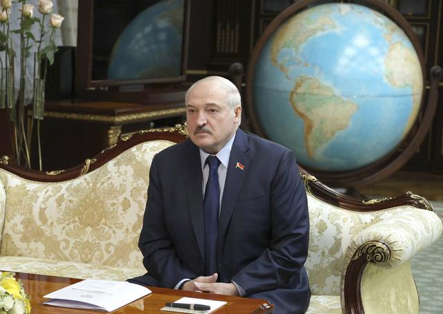 Hviterusslands president Aleksandr Lukasjenko har sagt at koronaviruset best behandles med vodka. Nå må landets sykehus avvise andre pasienter for å ta seg av koronasmittede. Foto: Maxim Guchek / BelTA via AP / NTB