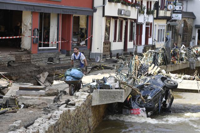 Mer regn er på vei til flere av de flomrammede områdene i Tyskland. Her ryddes det opp etter flommen som rammet tidligere i måneden i Bad Münstereifel Foto: Roberto Pfeil / DPA / AP / NTB.