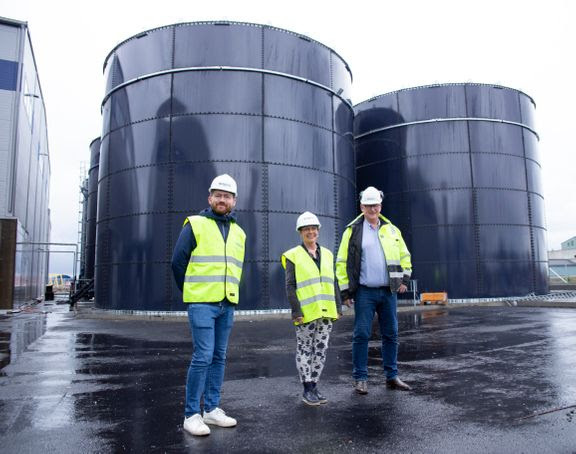 Klima- og miljøverminister Sveinung Rotevatn (til venstre) var tilstede da Renevo lanserte bygging av sitt andre biogassanlegg på Vestlandet onsdag. Her sammen med ordfører i Etne, Mette Heidi Bergsvåg Ekrem, og Jan Kåre Pedersen i Renevo.