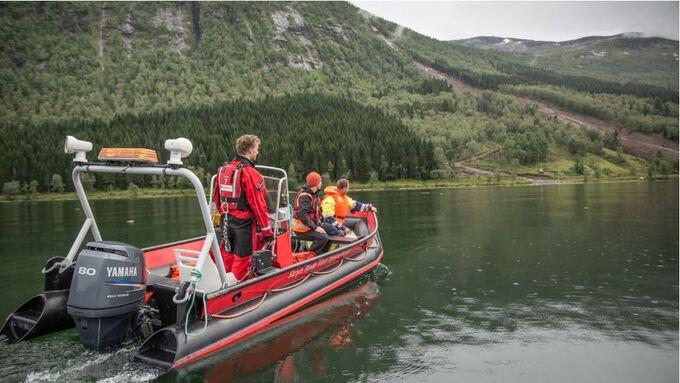 FLERE SØK: Det har vært mange resultatløse søk etter den savnede 50-åringen i Jølstravatnet. I dag gjøres et nytt forsøk.