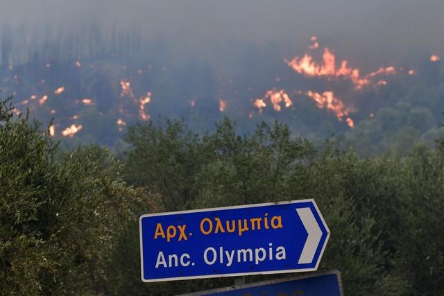 En kraftig skogbrann nærmer seg Olympia i Hellas. Foto: Giannis Spyrounis / ilialive.gr via AP / NTB