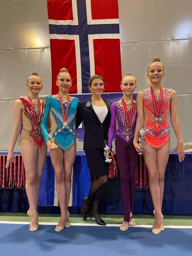 TROMSØ-LAGET: Fra venstre Emma Aminda Edvardsen (14), Hannah Sofie Larsen Loso (14), trener Olga Ivanova, Maya Støback-Arthur (13) og Kristine Falck Esaiassen (13).