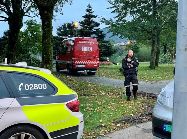 Brannvesenets spesialredningsbil er på stedet.