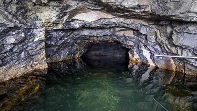 Det berre ca. tre meter frå bassengtaket og opp i dagen, viser nye målingar.