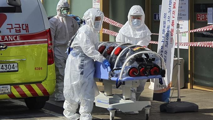 En pasient som er smittet av det nye koronaviruset, overføres til sykehus i Daegu i Sør-Korea.