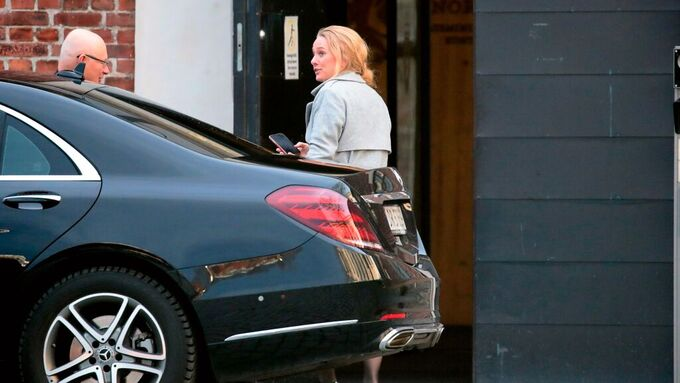 Avtroppende arbeids- og sosialminister Anniken Hauglie på vei inn i departementet.