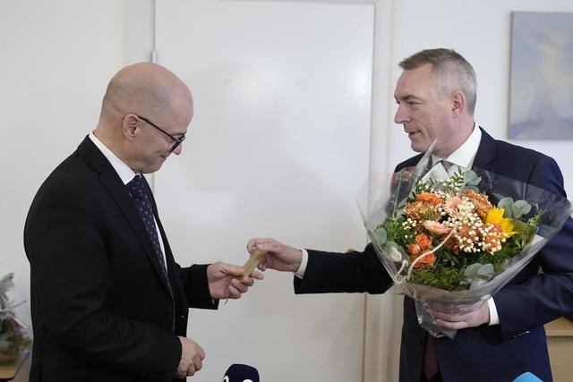 Påtroppende forsvarsminister Odd Roger Enoksen (t.v.) overtar etter Frank Bakke-Jensen. Foto: Fredrik Hagen / NTB