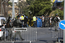 Israelsk politi sperrer av et område i Øst-Jerusalem der flere mennesker ble skadd i det som framstår som et bilangrep. Foto: Mahmoud Illean / AP / NTB