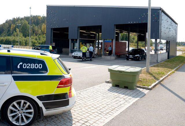 Her står politiet på Svinesund-grensen.