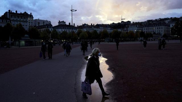 Land etter land i Europa er rammet av en ny smittebølge og tvinges til å stenge ned, som her i Frankrike