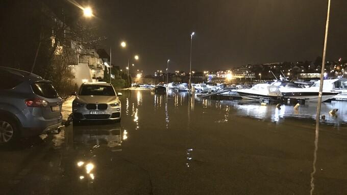 Mye vann i gata ved Hillevågsvatnet mandag kveld.