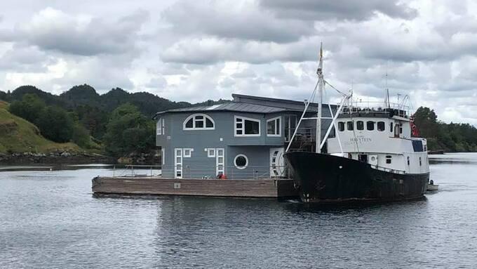 Husbåten til Flytende Bolig AS er ikke lenger til kai i Alverstraumen.