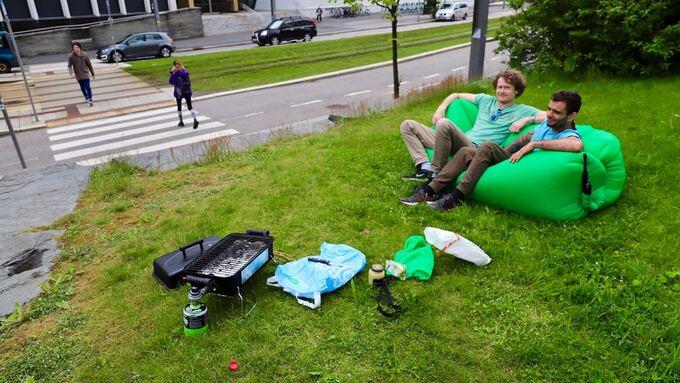 GRILL TIL LUNSJ: Kjetil Ekroll (til v.) og Andre Porto ved bybanestoppet på Nygård.