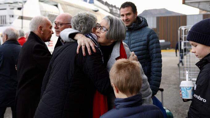 NABOER I BYEN: Minny Sunnarvik gir naboen Edith Hittang en god klem før hun drar til sønnen Arve (bak) og barnebarna Truls (9) og Brede (12).