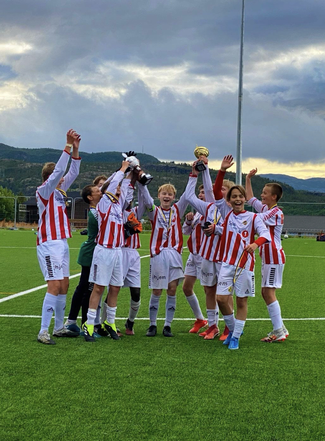 GULLGUTTER: TILs G13-lag jubler etter seieren i Altaturneringa.