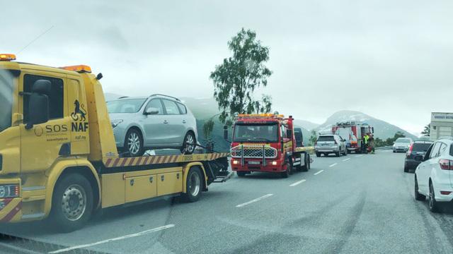Bil fraktes av bergingsbil etter kjedekollisjon på vei til Utvikfjellet.