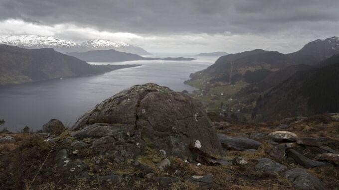 GRUVEDRIFT: Utsikt fra Engebøfjellet til fjorden der det er planlagt sjødeponi.