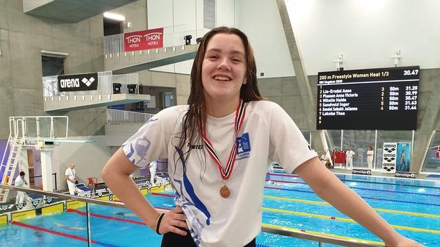BRONSE: Mathilie Jensen Flatli med bronsemedaljen rundt halsen.