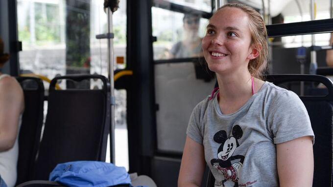 PÅ BUSSEN: Oda Kristine Westad på linje 2.