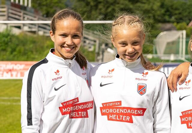 Amalie Isabell Taraldsen (t.h.) sammen med A-landslagsspiller Guro Reiten på en talentsamling tidligere i år.