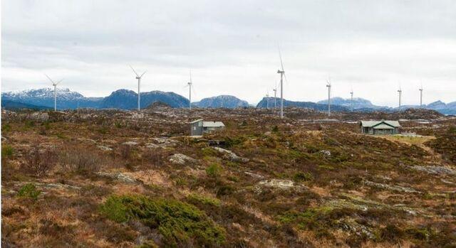 Fotomontasje av de planlagte vindturbinene med Lammetun kystfort i forgrunnen. (Illustrasjon: Lutelandet Energipark AS/Norconsult).