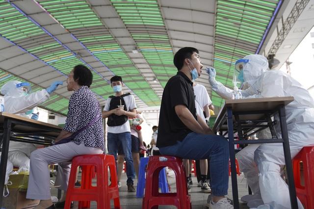 Massetesting i Guangzhou, som har mer enn 18 millioner innbyggere. Foto: AP / NTB