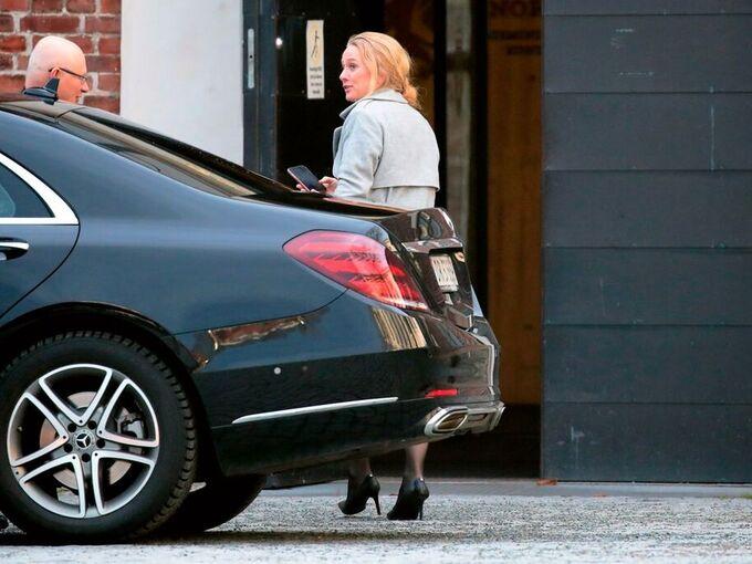 Arbeids- og sosialminister Anniken Hauglie (H) ankommer statsministerens kontor mandag formiddag.