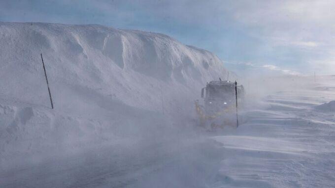 Brøytemannskaper jobber for å åpne høyfjellsstrekningene. Dette bildet er tatt på Hardangervidda tidligere denne uken