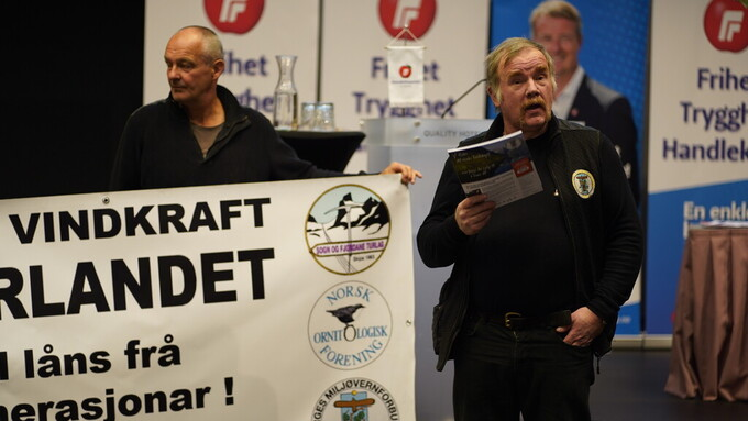 Kurt Oddekalv og Norges miljøvernforbund demostrerte mot vindmøller på fylkesårsmøtet til Frp.
