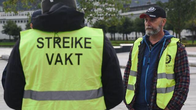 Knut Johannes Berg fra Avarn Security og andre fra Norges Arbeidsmandsforbund står torsdag på festplassen.