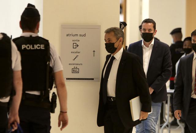 Nicolas Sarkozy på vei inn til tirsdagens rettsmøte. Foto: Rafael Yaghobzadeh / AP / NTB