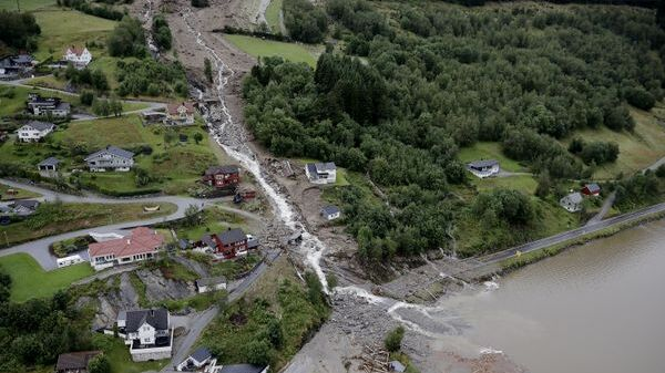 Raset ved Vassenden, tirsdag 30. juli i år, gjekk over E39 og ned i det tre mil lange Jølstravatnet.