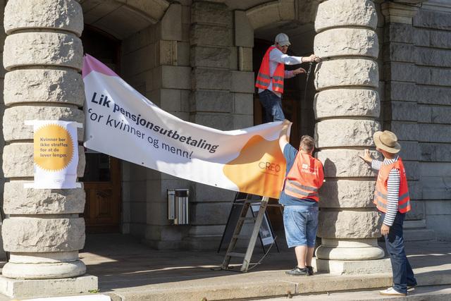 LO-leder Peggy Hessen Følsvik møter streikevakter ved Nationaltheatret, Det norske teateret og Den Norske Opera. Foto: Terje Pedersen / NTB