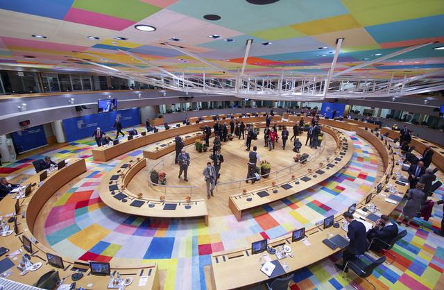 Ved dette bordet diskuterer EU-lederne politiske saker i Brussel under toppmøtet. Foto: Olivier Matthys / AP / NTB