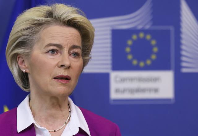 EU-kommisjonens president Ursula von der Leyen møtte pressen for å snakke om koronavaksiner i Brussel mandag. Foto: Yves Herman, Pool Photo via AP / NTB
