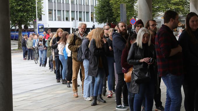 PÅGANG: Det var lange køer inn i valglokalene over hele Bergen i formiddag. Resultatet ble en ny valgdeltakelsesrekord.