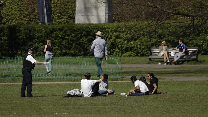 Det fine været har bydd på utfordringer i Storbritannia. Her blir flere mennesker bedt om å fjerne seg fra Greenwich Park i London.