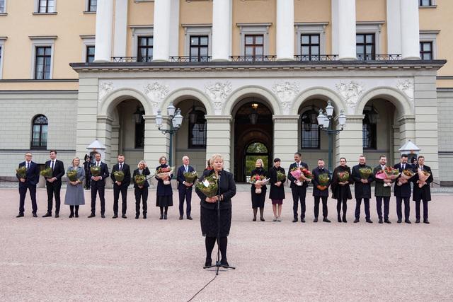 Avtroppende regjering med statsminister Erna Solberg i spissen på Slottsplassen etter sitt siste statsråd på slottet. Foto: Ole Berg-Rusten / NTB