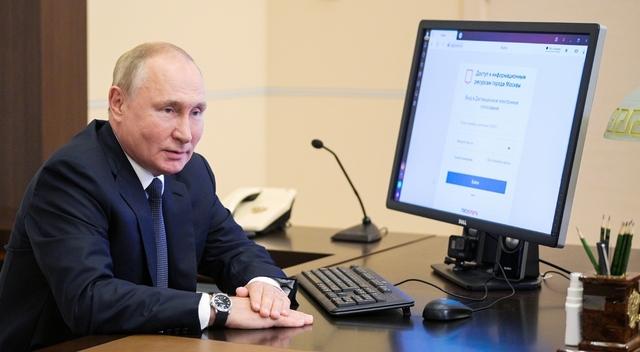 Russlands president Vladimir Putin måtte selv stemme elektronisk fordi han satt i karantene. Foto: Alexei Druzhinin, Sputnik, Kreml Pool Photo via AP / NTB