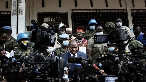 Den sentralafrikanske republikkens president Faustin-Archange Touadera, i midten, møtte journalister etter å stemt i presidentvalget 27. desember. Mandag ble han bekreftet gjenvalg, men opprørere forsøker nå å innføre en blokade mot hovedstaden Bangui.
