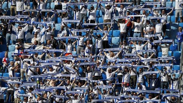 Finske supportere synger nasjonalsangen i St. Petersburg før kampen mellom Russland og Finland.