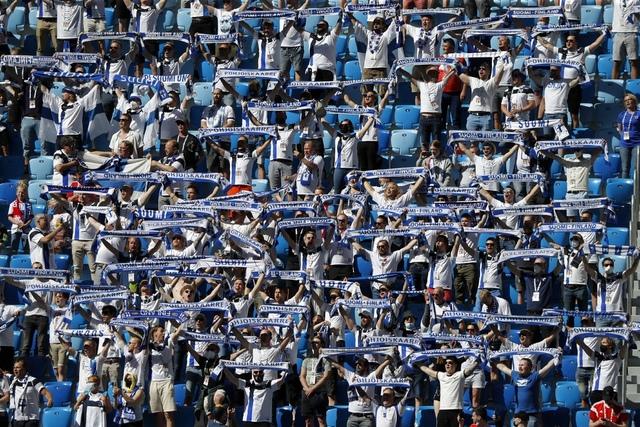 Finske supportere synger nasjonalsangen i St. Petersburg før kampen mellom Russland og Finland. Foto: Jevgenia Novozhenina / AP / NTB